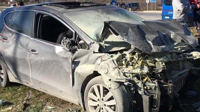 Sakarya'nın Karasu ilçesinde iki otomobilin çarpışması sonucu 1 kişi öldü, 2 kişi ağır şekilde yaralandı.