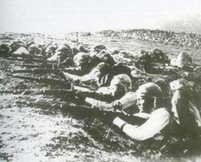 Halep topraklarını savunan Türk askeri 1. Dünya Savaşı yıllarında Suriye Cephesi'ndeki Türk askerleri, Halep'in kuzeyindeki siperlerinde, kendisini Şam'dan çok Ankara'ya yakın hisseden bu şehri savunurken görülüyor (1918).