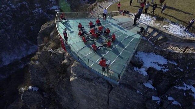 Dünyada ilk: Cam terasta voleybol oynadılar