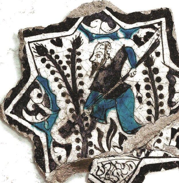 20,07 çapında, 2,5 cm. kalınlığındaki sekiz kollu yıldız çininin, kobalt mavi, siyah ve turkuaz renklerle boyandığı görülüyor. n