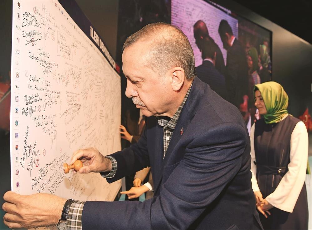 Cumhurbaşkanı Erdoğan KADEM'in programındaki konuşmasının ardından eşi Emine Erdoğan ile 204 sivil toplum örgütünün imzalarının yeraldığı 'Demokrasi Panosu'nu imzaladı, imzasının altına EVET mührü bastı.