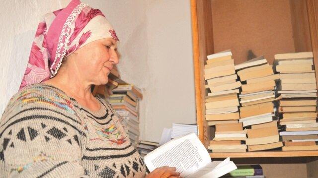 Harman zamanında bile ayda üç kitap bitiren Bedriye Engin, sadece kitaplarla mutlu olup kitaplarla dinlendiğini söylüyor.