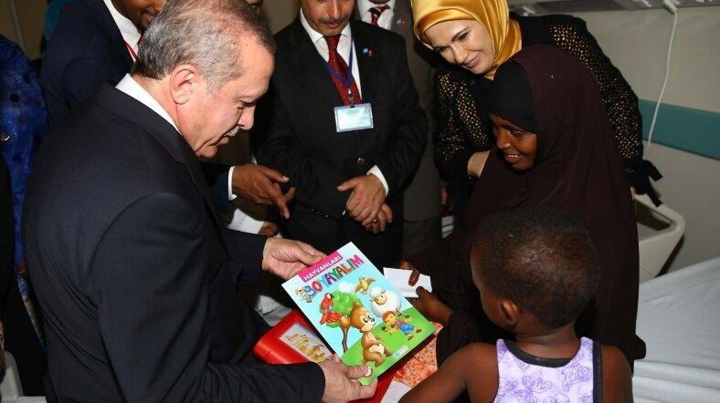 Cumhurbaşkanı Erdoğan, Afrika turu kapsamında ziyaret ettiği Somali'de miniklere hediye boyama kitabı verdi.
