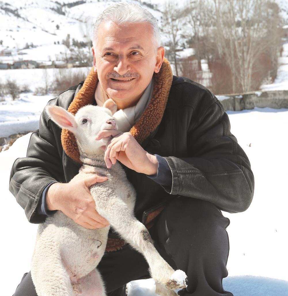  Başbakan Yıldırım, doğup büyüdüğü Erzincan'ın Refahiye ilçesine bağlı Kayı köyünü ziyaret etti. Geceyi babaocağında geçiren Yıldırım, eşi Semiha Yıldırım ile akrabalarını ziyaret etti ve karlı arazide yürüyüş yaptı. Yürüyüş sırasında karşılaştığı kuzuları seven Yıldırım, kuzularla fotoğraf çektirdi. Bu arada Yıldırım, 14 milyon 700 bin gence cumhurbaşkanlığı sistemini anlatan mektup gönderdi.