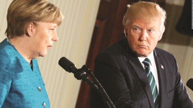 ABD Başkanı Trump, Almanya Başbakanı Merkel'i 17 Mart'ta Beyaz Saray'da dünyaya rezil etti. Trump, basın mensuplarının karşısında elini sıkmak isteyen Merkel'in talebini duymazlıktan geldi.