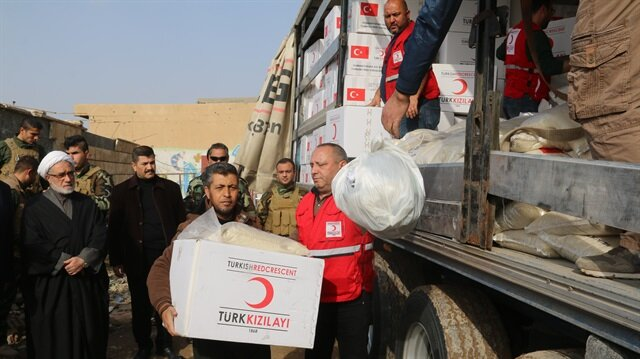 Iraqies receive aid distributed by Turkish Red Crescent