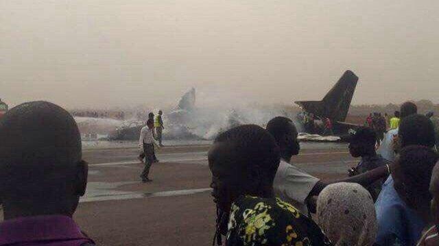 Güney Sudan'da 44 kişiyi taşıyan uçak inişe geçtiği sırada düştü.