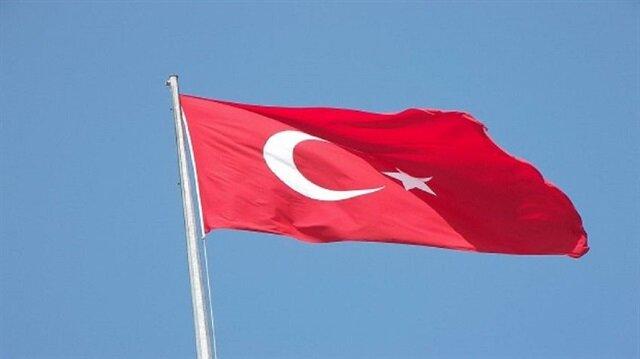 مجهول يحاول انتزاع العلم التركي من سيارة سفيرة أنقرة في مقدونيا
