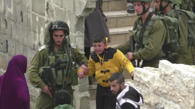 8 yaşındaki Filistinli Sufyan'ı yalın ayak sürüklediler