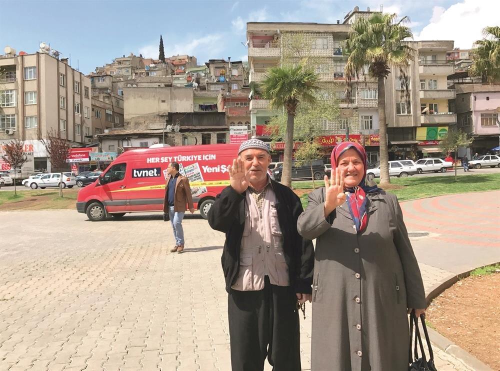 Hüsne Koç ve eşi Rabia işareti yaparak sandıkta evet oyu vereceklerini söyledi.