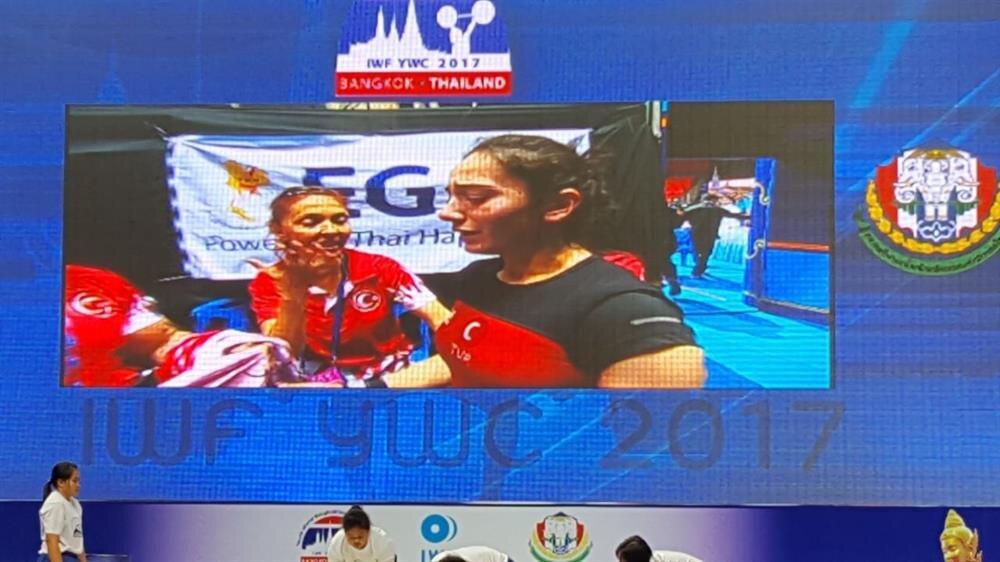 Altın madalyayı kazandıktan sonra gözyaşlarını tutamayan genç halterci ülkemize büyük bir gurur yaşattı.