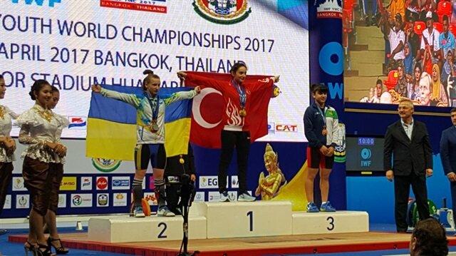 Nuray Levent Türk bayrağıyla kürsüdeki yerini aldı.