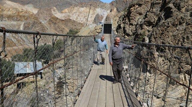 70 metrelik asma köprünün ortasına, güvenlik nedeniyle asma kilitli demir kapı yaptılar.