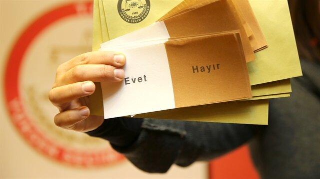 """Türkiye yarın sandık başına giderek """"evet"""" ve """"hayır"""" tercihinde bulunacak."""
