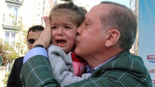 Cumhurbaşkanı Erdoğan mitingte ağlayan çocuğu yanına aldı