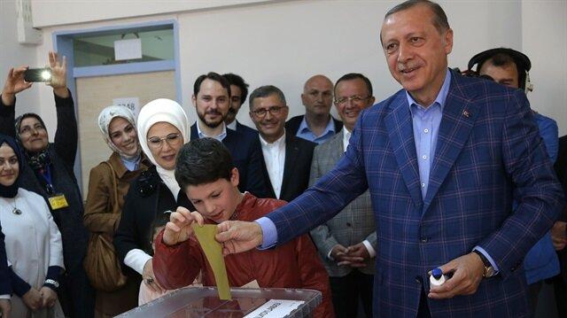 Cumhurbaşkanı Erdoğan torunlarıyla birlikte oyunu kullandı