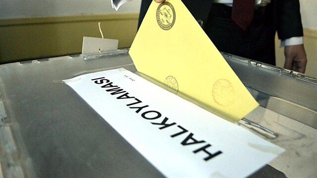 Türkiye genelinde resmi olmayan sonuçlara göre, 'evet' oyları 51.4, 'hayır' oyları ise 48.6 olarak gerçekleşti.