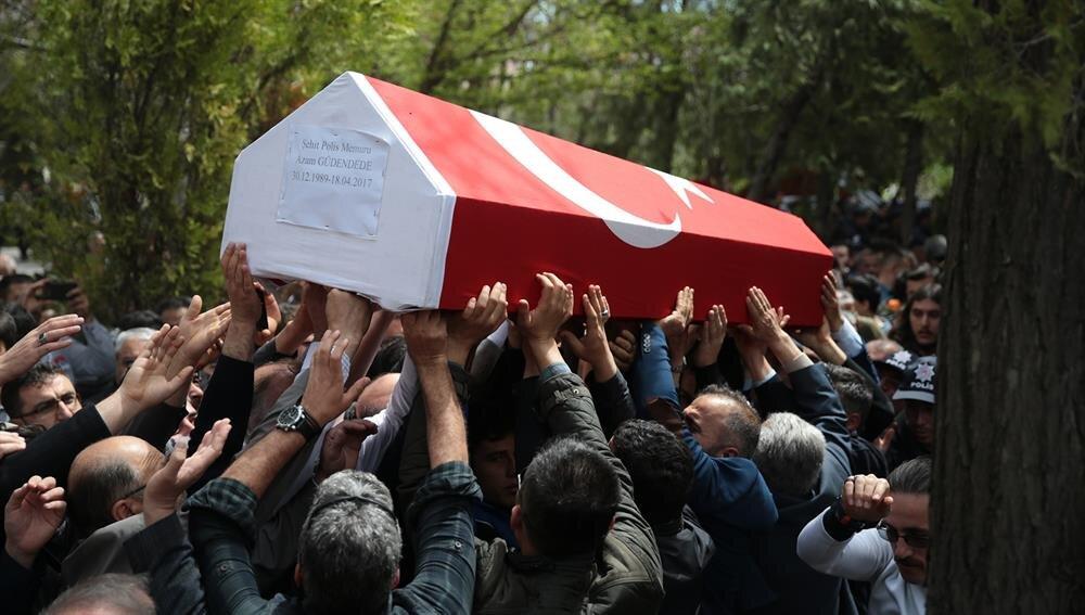 Şehit polis memuru Azam Güdendede'nin cenazesi de Konya'da son yolculuğuna uğurlandı.