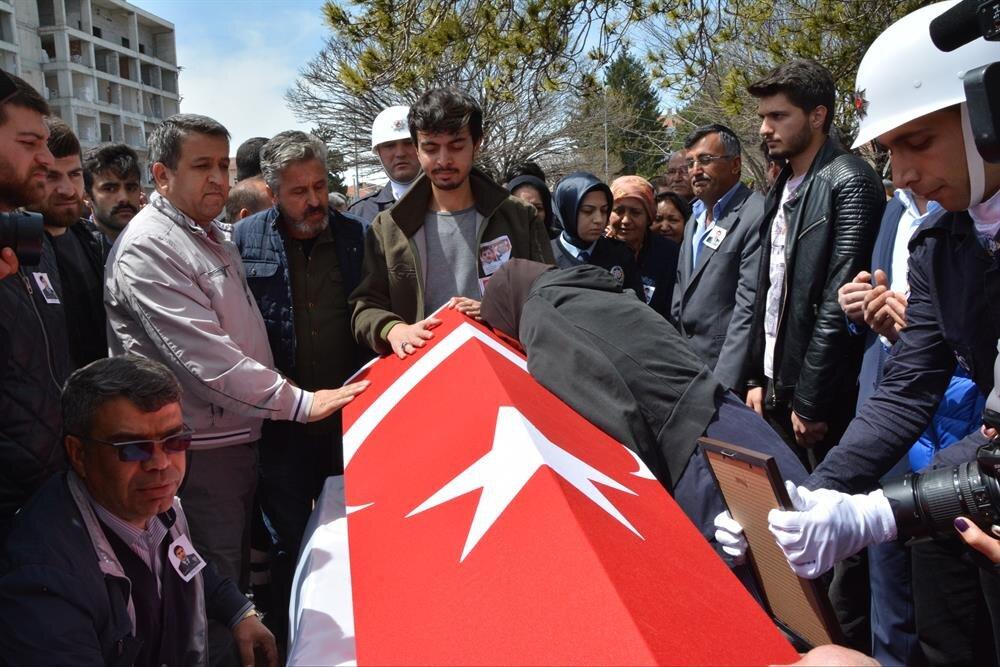 Şehit polis Ekrem Dereli'nin cenazesi, memleketi Balıkesir'in Bigadiç ilçesinde toprağa verildi.