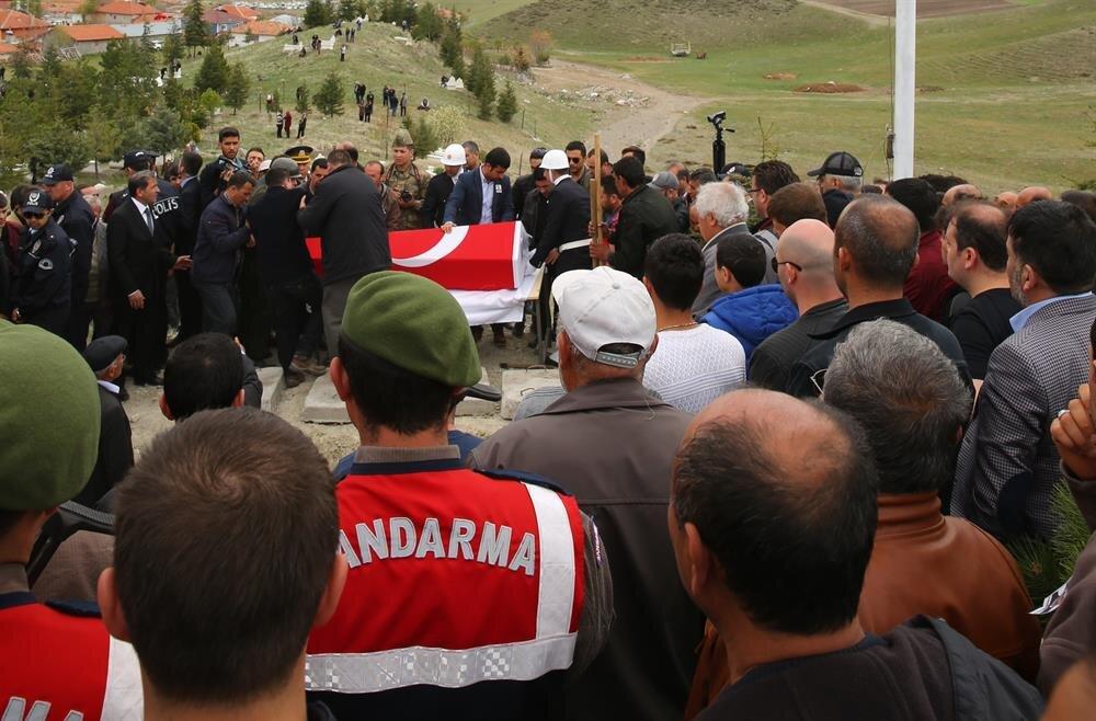 Şehit pilot Dilaver Karsavuranoğlu'nun cenazesi, Çankırı'nın Şabanözü ilçesinde toprağa verildi.