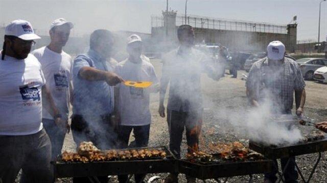 سلوك إستفزازي بشع لكسر إرادة الفلسطينيين المضربين عن الطعام في سجون إسرائيل