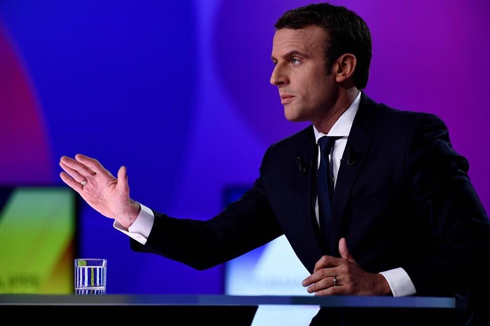 Emannuel Macron, sağ ve sol partilerin yaşadığı kriz karşısında en güçlü alternatif olarak öne çıktı.