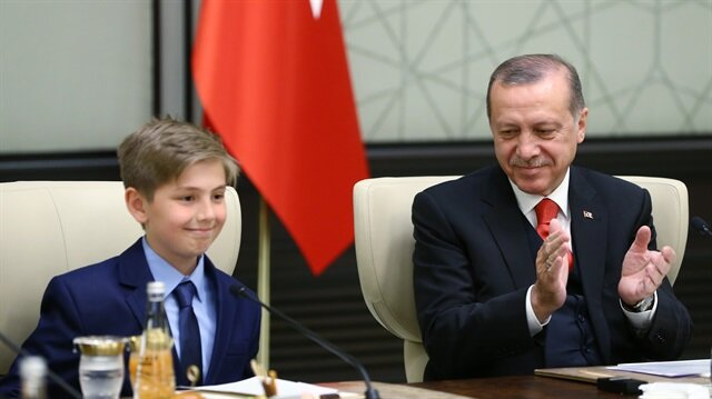 بالصور.. أردوغان يترك منصبه الرئاسي لطالب تركي