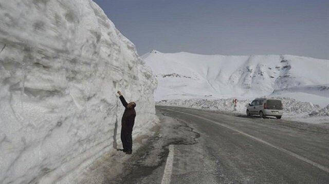 وسط شهر نيسان ارتفاع الثلوج يصل إلى 7 أمتار في ولاية فان التركية