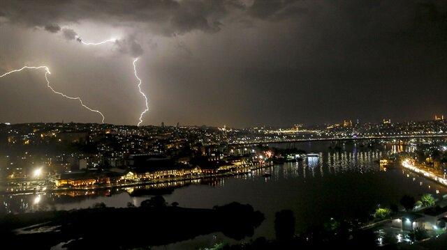 İstanbul'da dün gece yağışla beraber çakan şimşekler gökyüzünü ve şehri aydınlatmıştı.