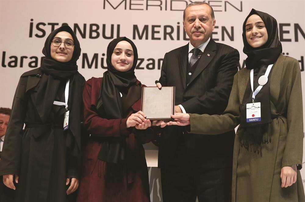 Turnuvada dereceye girenlere ödüllerini Cumhurbaşkanı Erdoğan verdi.
