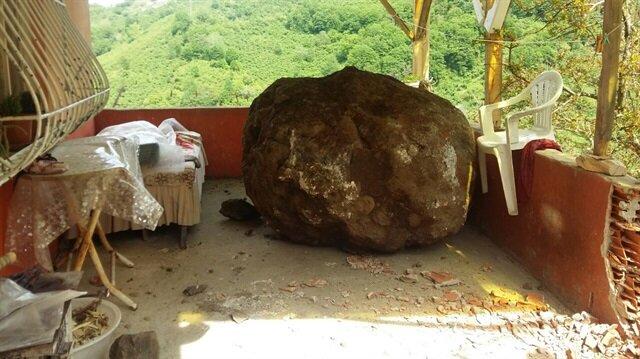 Giresun'da kaya evin balkonuna yuvarlandı.