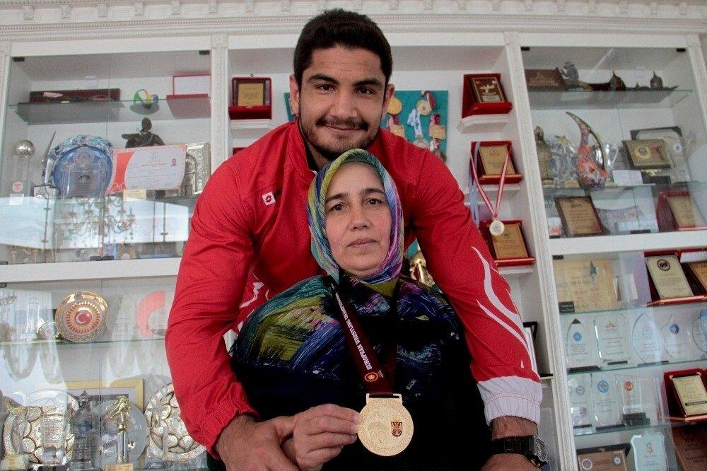 Taha Akgül annesinin kendisi için çok önemli olduğunu vurgularken altın madalyayı ona hediye ettiğini söyledi.