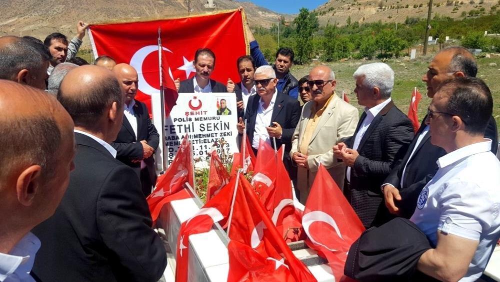 Kafile, Sekin'in kabri başına çiçek ve Türk bayrakları bırakıp, dua etti.