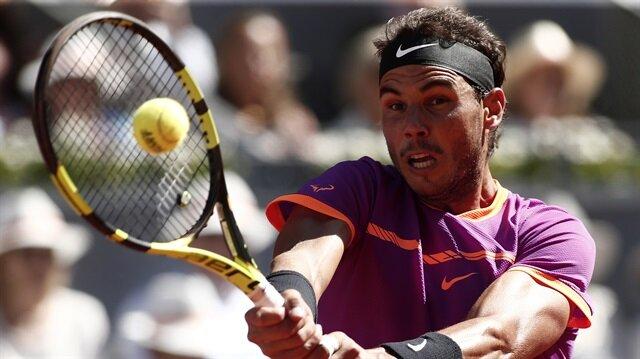 Madrid Açık Tenis Turnuvası tek erkekler yarı finalinde İspanyol Rafael Nadal, Sırp Novak Djokovic'i 6-2 ve 6-4'lük setlerle 2-0 yenerek adını finale yazdırdı.