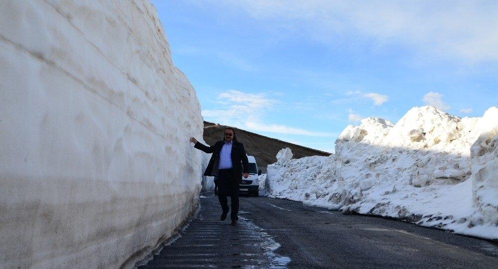 Her yıl binlerce yerli ve yabancı turistin akın ettiği Nemrut Dağı ve Krater Gölü, mayıs ayının ortalarında bile kardan geçit vermiyor.