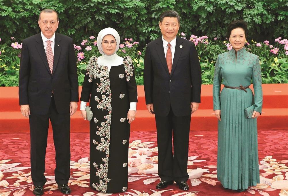 Pekin'deki dev zirvede Cumhurbaşkanı Erdoğan ve eşi Emine Erdoğan, Çin Devlet Başkanı Şi Cinping ve eşi Peng Liyuan'la biraraya geldi. Zirve sırasında Erdoğan, başta Rusya Devlet Başkanı Putin olmak üzere pek çok liderle de görüştü.