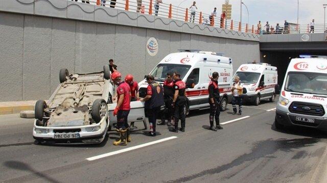 Şanlıurfa Haber: Şanlıurfa'da alt geçitte refüje çarptıktan sonra takla atan otomobildeki 2 kişi yaralandı.