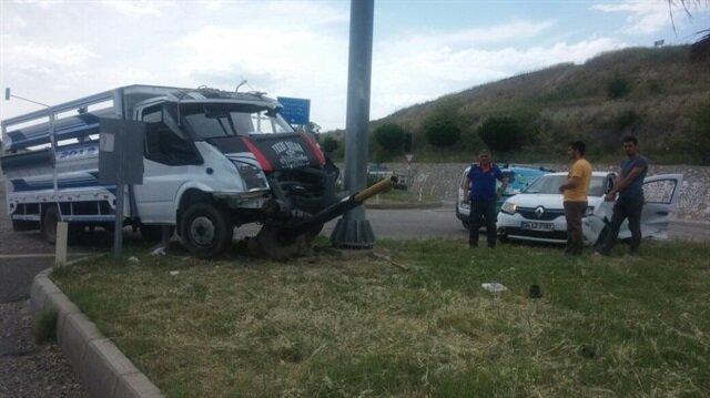 Adıyaman Haber: Adıyaman Kahta Karayolu Havaalanı Kavşağında otomobil ile kamyonetin çarpışması sonucu 2 kişi yaralandı.
