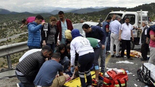 Konya-Antalya Karayolunda meydana gelen trafik kazasında, Antalya'ya tatile giden aileden baba ile kızı hayatını kaybetti, 3 kişi de yaralandı. 