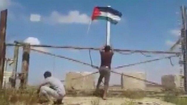 İsrail'in askeri kapısına, Filistin bayrağını astılar