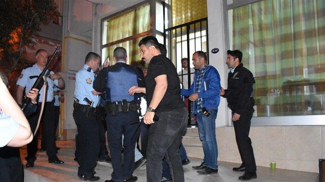 İzmir Karabağlar'da eski sevgilisinin pompalı tüfekle rehin aldığı kadın, polis tarafından kurtarıldı. Şüpheli, etkisiz hale getirildikten sonra gözaltına alındı.