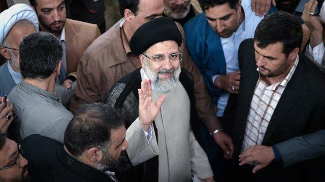 İran'da muhafazakar kanadın adayı Reisi oyunu destekçileriyle birlikte kullandı.