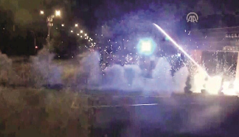 15 Temmuz gecesi saat 22.00 civarında başlayan FETÖ'nün darbe girişiminde ilk hedeflerden biri MİT personelinin bulunduğu bina olmuştu. Üniformalı teröristler, helikopterden ateş açmıştı. Vatandaşlar, ellerinde Türk bayraklarıyla darbecilere karşı MİT'e desteğe gelmişti.