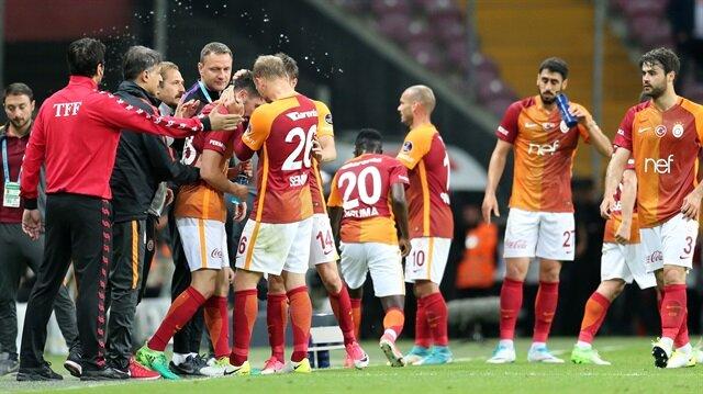 Galatasaray 'parçalı' formasını tanıtıyor