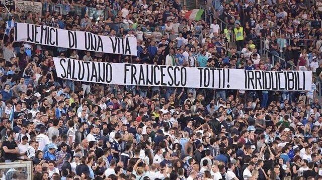 Lazio taraftarlarından Totti'ye 'saygı' pankartı