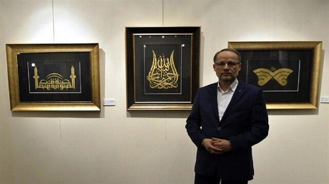 لوحات فنان تركي تحوّل لوحات العربية إلى ورود