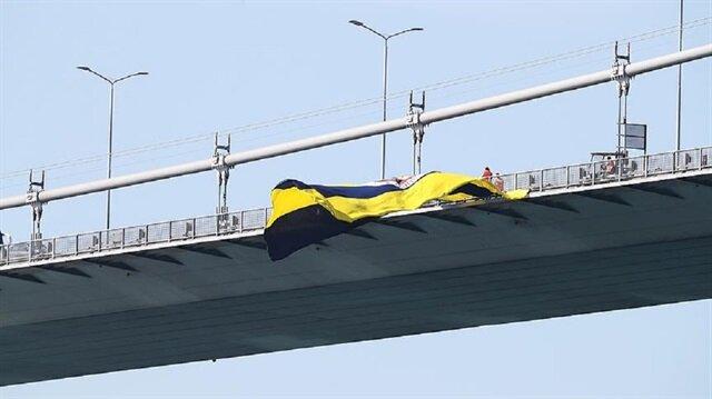 Bir grup Beşiktaş taraftarı köprüde asılı olan Fenerbahçe bayrağını önce yakmış sonra da kesmişti.