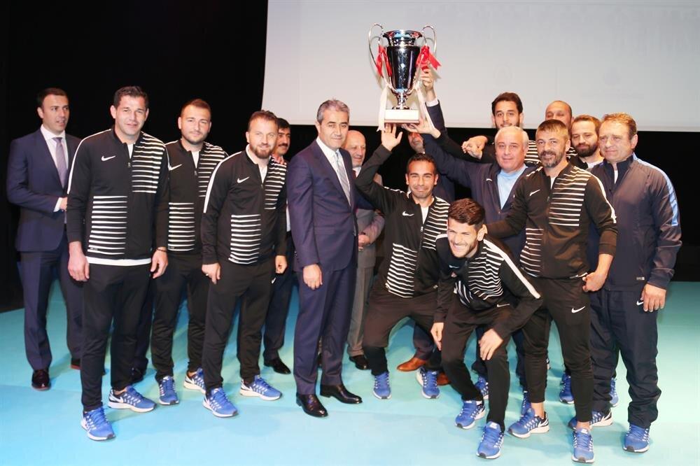İETT Genel Müdürü Arif Emecen ve İETT Futbol Takımı...