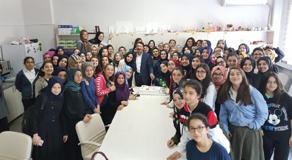 TEOG sınavında Esatpaşa Kız Anadolu İmam Hatip Lisesi Ortaokul öğrencileri birçok başarıya imza attı.