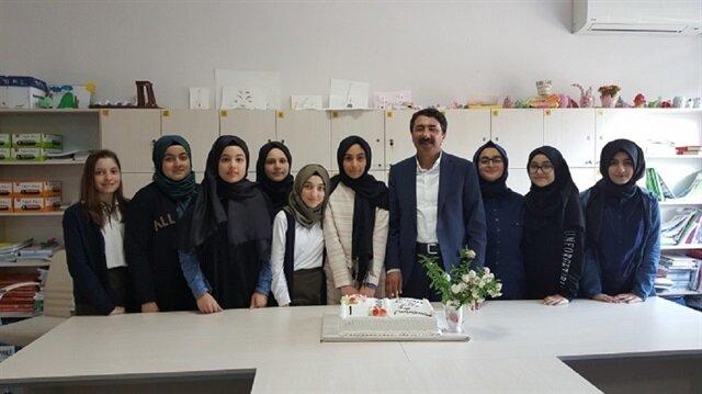 Ataşehir Esatpaşa Kız Anadolu İmam Hatip Lisesi'nde 8 öğrenci tüm sorulara doğru yanıt verdi.